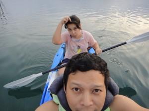 พายเรือคายัคกัน เราเอากล้องที่เปียกน้ำได้ด้วย เลยสบายใจหายห่วง