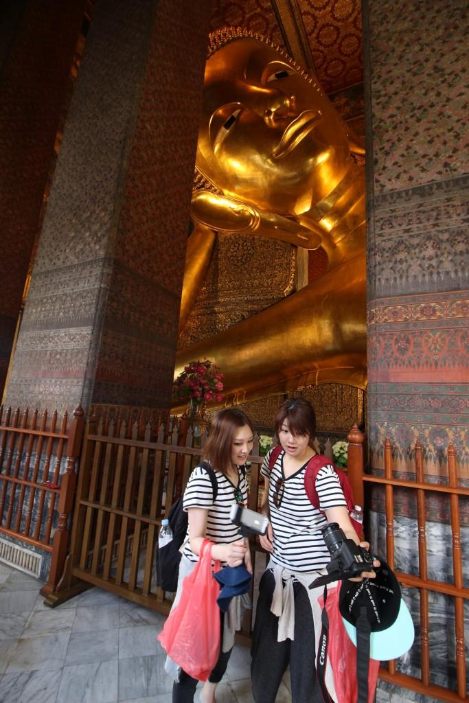 นักท่องเที่ยวหลายคนประทับใจกับขนาดอันใหญ่โตของพระพุทธไสยาส