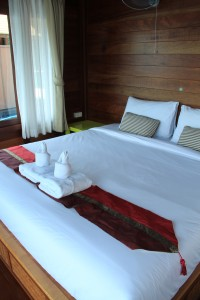ห้องนอน กลางคืนเป็นพัดลมแอร์นะคะ อาจจะไม่สบายเหมือนนอนห้องแอร์นัก