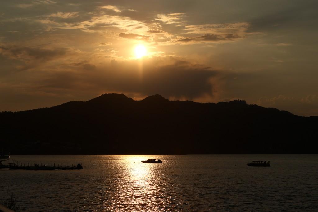 พระอาทิตย์ตกที่ทะเลสาปโทยะ